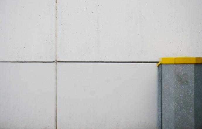 Mülleimer mit gelbem Rand